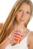 läppja kvinna för fruktsaft Arkivfoto