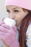 läppja kvinna för härligt kaffe Royaltyfri Fotografi