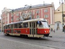Läppja mitten med spårvagnen i förgrund, Prague C r Arkivbilder