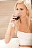 läppja winekvinna Royaltyfri Bild