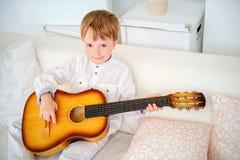 Lär att play gitarren Arkivfoton