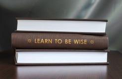 Lär att vara klokt. Boka begreppet. Arkivbild