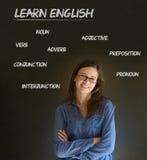Lär den engelska läraren med kritabakgrund Arkivfoto