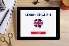 Lär direktanslutet det engelska begreppet på minnestavlaskärmen med kontorsobjekt arkivfoto