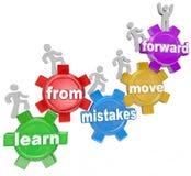 Lär från fel flyttar framåtriktat folk som klättrar kugghjul Arkivbild