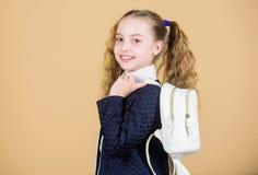 Lär hur den färdiga ryggsäcken korrekt Bär liten trendig cutie för flickan ryggsäcken Populär användbar modetillbehör royaltyfria bilder