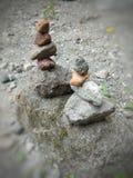 Lär konsten av att stapla stenar arkivfoto