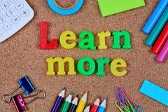 Lär mer ord på korkbräde arkivfoto