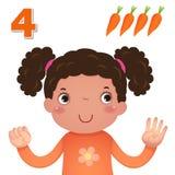 Lär numret och att räkna med kid'shanden som visar numret fyra Arkivfoton