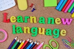Lär nya ord för ett språk på kork Royaltyfri Bild