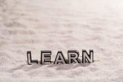 Lär ordet på vit sand royaltyfri foto