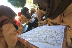 Lär processen av batik Arkivfoto