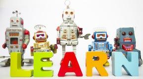 Lär robotar på vit Royaltyfri Bild