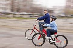 Lära att cykla Royaltyfri Foto