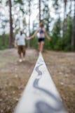Lära att gå på en spänd lina och att hålla jämvikten royaltyfri foto