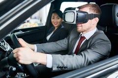 Lära att köra bilen med VR-hörlurar med mikrofon arkivbild