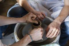Lära att modellera från lera vid en förlage på ett hjul för keramiker` s Royaltyfria Bilder