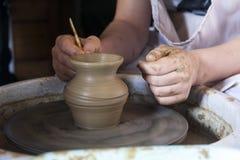 Lära att modellera från lera vid en förlage på ett hjul för keramiker` s royaltyfri foto