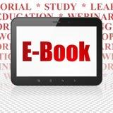 Lära begrepp: Minnestavladator med EBook på skärm Royaltyfri Bild