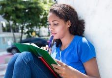 Lära den latinska kvinnliga studenten med lockigt hår Arkivfoton