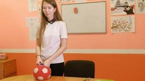 Lära engelska i ett klassrum, i en modig form arkivfilmer