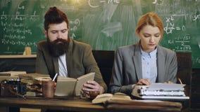 lära för begrepp Lärare i klassrum Lärare och deltagare tillbaka skola till Studenter studerar på skrivbordet på arkivfilmer