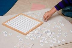 Lära matematik med den Montessori metoden royaltyfri fotografi