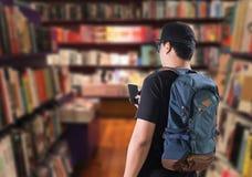 lära och utbildningsbegreppsstudenten går till ibrary bokhyllor Arkivbilder