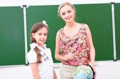 Lärare förklarar kursen i geografi Arkivbilder