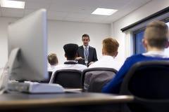 Lärare Giving en kurs royaltyfri foto