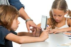 Lärare hand att peka på ungetableten. Arkivfoto