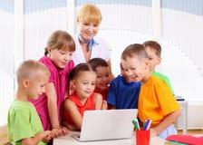 Lärare handlar med deltagare royaltyfri bild