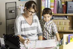 Lärare Helping Royaltyfri Fotografi