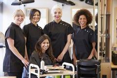 Lärare Helping Mature Students i frisering arkivfoto