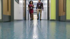 Lärare i korridoren arkivfilmer