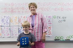 Lärare And Little Boy i Front Of Class royaltyfria bilder