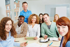 Lärare med deltagare i högskola royaltyfria bilder