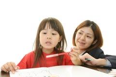 Lärare med tonårigt studera för flicka. arkivfoto