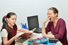Lärare, medan att lyssna av hans elev gäspar Arkivbild
