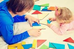Lärare och barn som spelar med geometriska former Royaltyfria Bilder