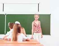 Lärare och elever i klassrum Arkivbild