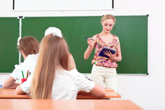 Lärare och elever i klassrum Royaltyfria Bilder