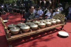 Lärare och Javanese Gamelan royaltyfri foto