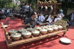 Lärare och Javanese Gamelan royaltyfri fotografi