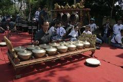 Lärare och Javanese Gamelan royaltyfria foton