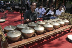 Lärare och Javanese Gamelan royaltyfri bild