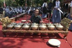 Lärare och Javanese Gamelan arkivfoton
