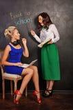 Lärare och student på svart tavla arkivfoto