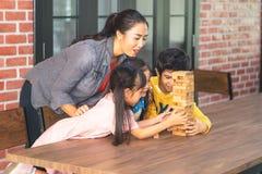 Lärare och studenter som bygger klassrumet för samhörighetskänsla för leksakkvartertorn arkivfoton
