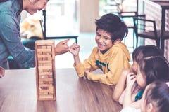Lärare och studenter som bygger samhörighetskänsla c för leksakkvartertorn fotografering för bildbyråer